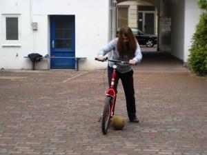 Radfahrschule Kiel: Fußball spielen mit dem Rad